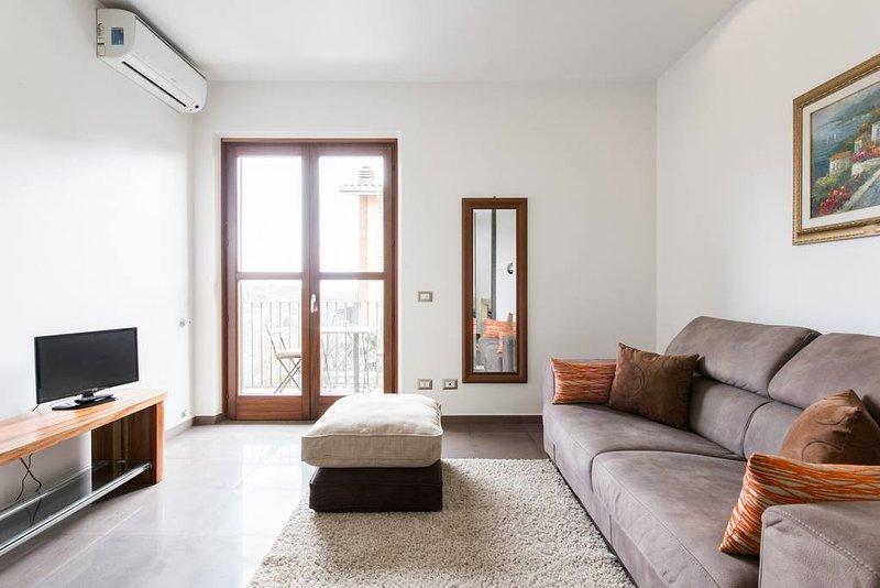 Sala de estar cómoda, espaciosa y luminosa con balcón y vistas impresionantes al parque más grande de Roma ...