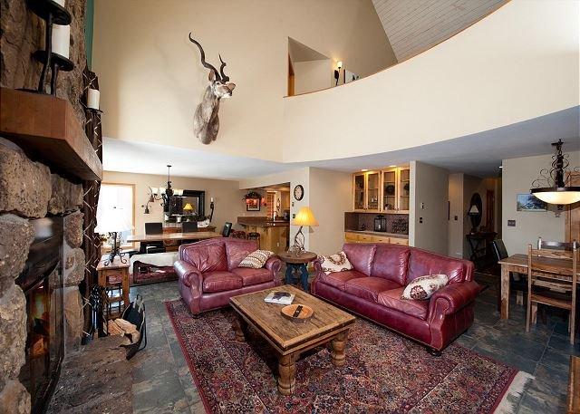 Large 3 Bedroom Corner Unit - Views Heated Pool, holiday rental in Purgatory