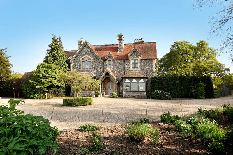 Luxury Country Estate with Concierge and Staff Close to Windsor, Eton, London, holiday rental in Warfield