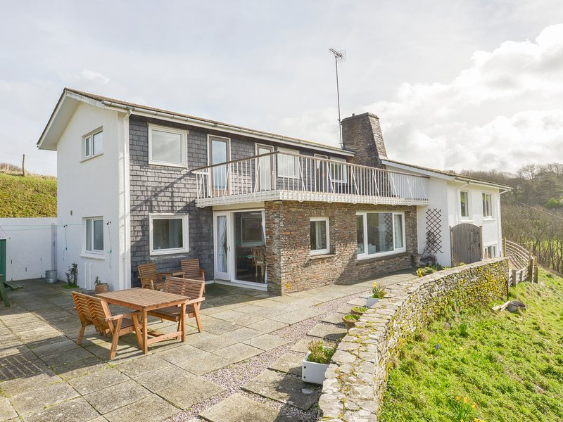 AYRMER HOUSE, stylish, spacious, house with panoramic views to the sea. In, holiday rental in Burgh Island
