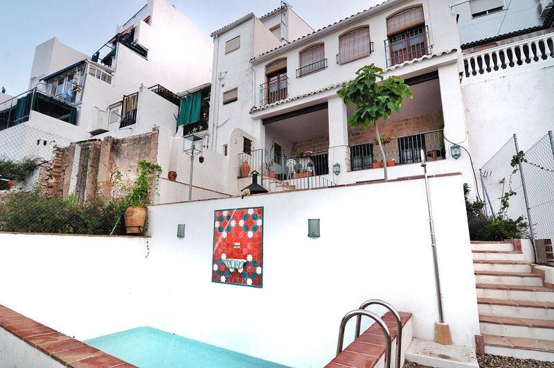 Spacious villa with swimming-pool, holiday rental in Baena
