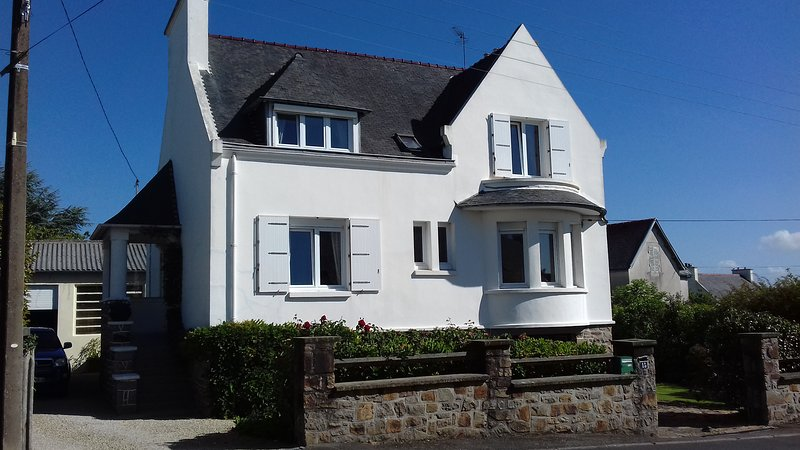 Spacious home  between town and sea, holiday rental in Plougonven