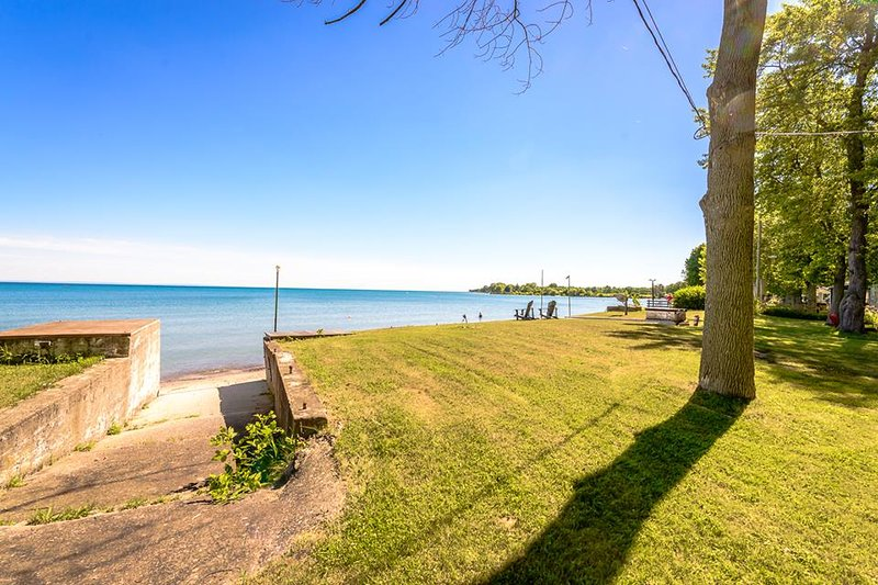 Watch the sun dance off the waters of Sunset Bay from your own private beach., vacation rental in Port Colborne