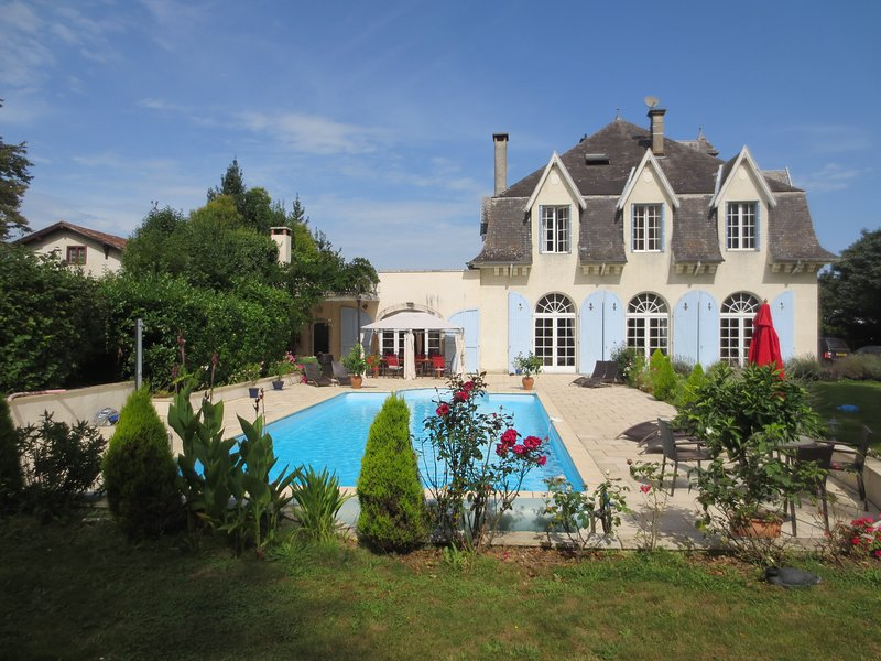 French Country Chateau to rent 45 mins Biarritz, aluguéis de temporada em Arraute-Charritte