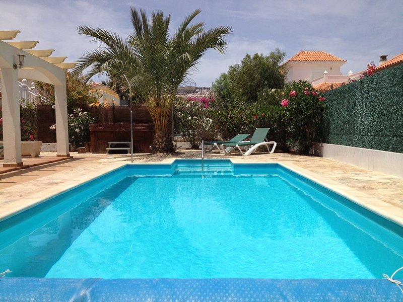 Villa Dwarika, Home Away From Home, with private heated pool and Jacuzzi, vacation rental in Caleta de Fuste