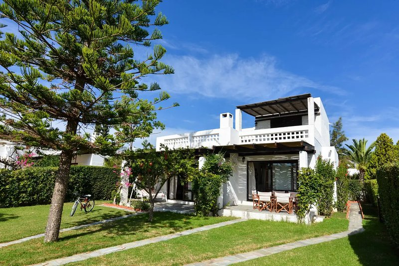 Canal Villa with Private Yacht and Car Parking, vacation rental in Thermisia
