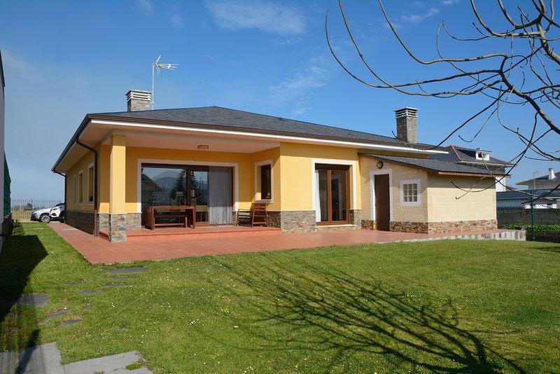 Fachada trasera, da al sur. con porche, terraza y Jardín.