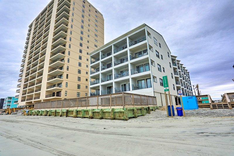 Beachfront Garden City Condo w/Balcony & Pool, location de vacances à Garden City Beach