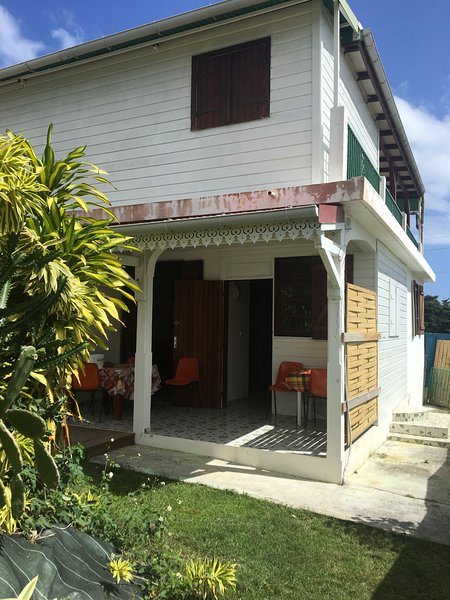 Spacious house with garden & Wifi, holiday rental in Sainte-Anne