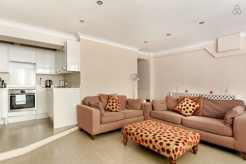 La sala de estar y la cocina comparten un diseño de planta abierta.