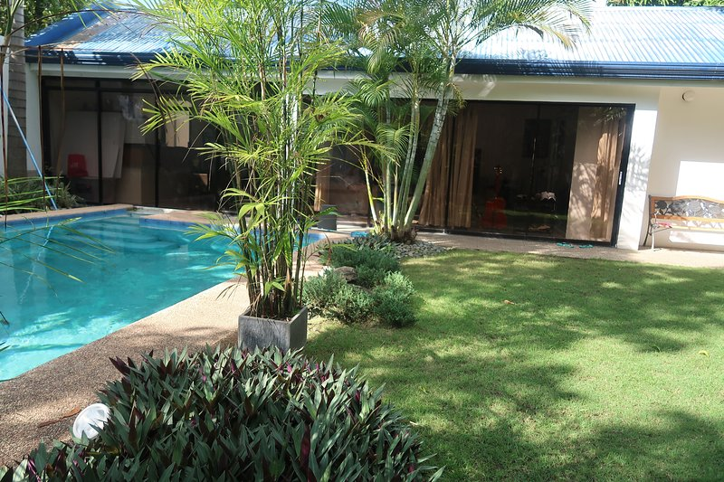 Beautiful Private Bungalow House with private Pool, holiday rental in Pinamungajan