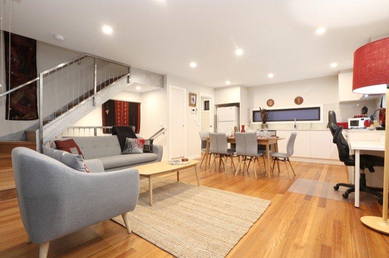 """Comodo, luminoso, arioso soggiorno e sala da pranzo con 55 """"Smart TV, Netflix gratuito, aria condizionata, balcone con vista sul tramonto"""