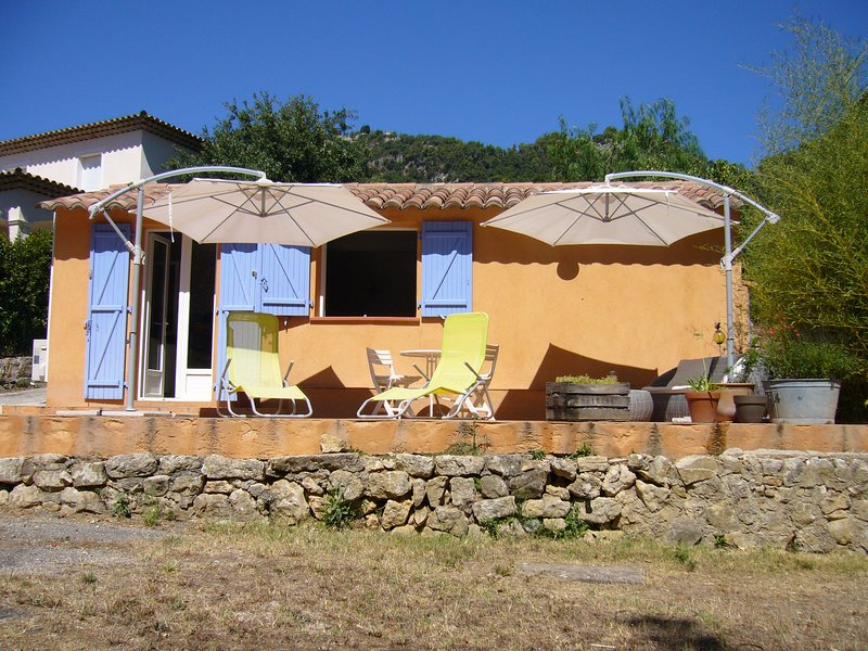 Entre mer et montagne, charmante petite maisonnette avec clim et jardin privatif, holiday rental in Saint-Vallier-de-Thiey