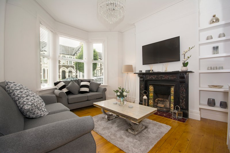 Stunning Townhouse A Short Walk From City Centre FREE parking & Log Burner, holiday rental in Cardiff