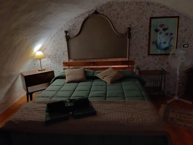 MONOLOCALE SOPPALCATO DEL CENTRO STORICO, vacation rental in Aidone