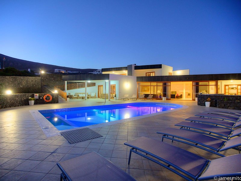 7 Bedroom Luxury Villa, 5 Bathrooms, Sleeps 15. Huge Salt Clorinated Heated Pool, location de vacances à Yaiza