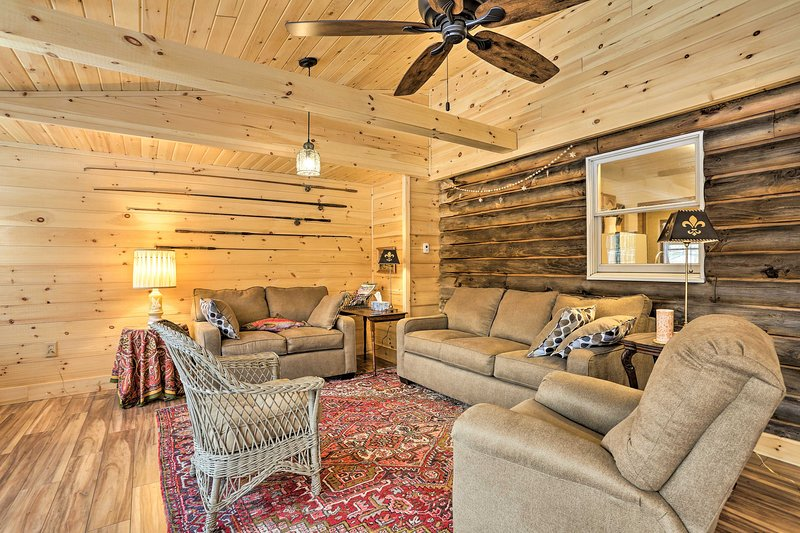 This 3-bed, 1.5-bath vacation rental home is rustic and charming.