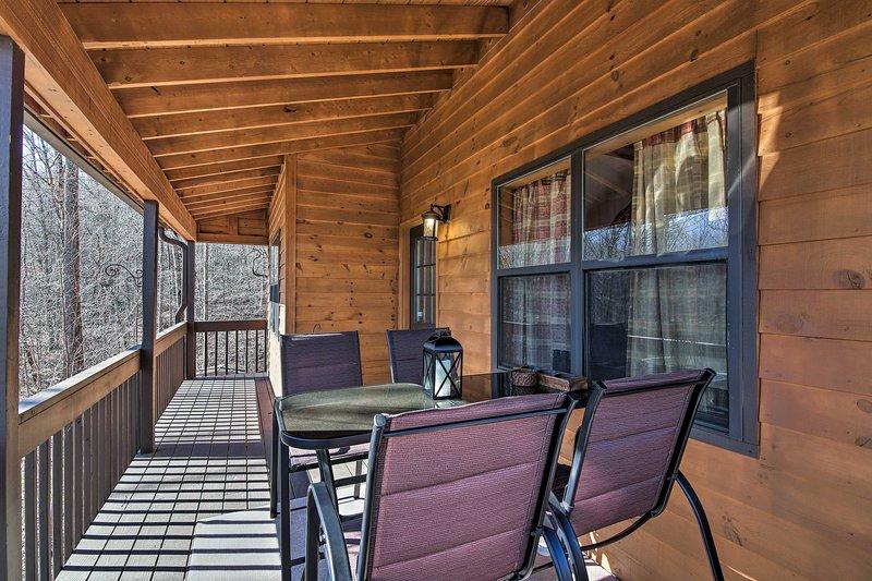 Cette location de vacances dispose d'un beau balcon enveloppant!