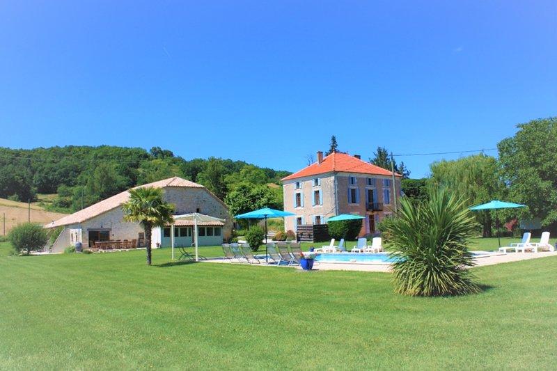 Gîtes Grand Pré ! et la Roulotte de Roquecor avec Piscine dans le Quercy Blanc, vacation rental in Beauville