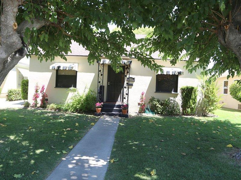 Spanish Villa - Garage, wifi, large backyard for pets, alquiler vacacional en Bakersfield