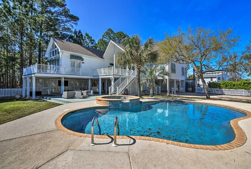 Spacious Pass Christian Home w/ Pool & Boat Launch, casa vacanza a Bay Saint Louis