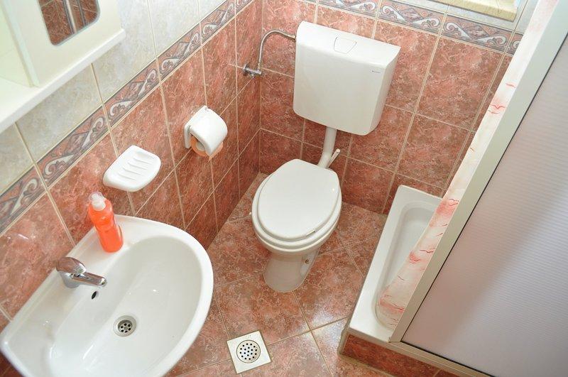 SA4(2+2): bathroom with toilet