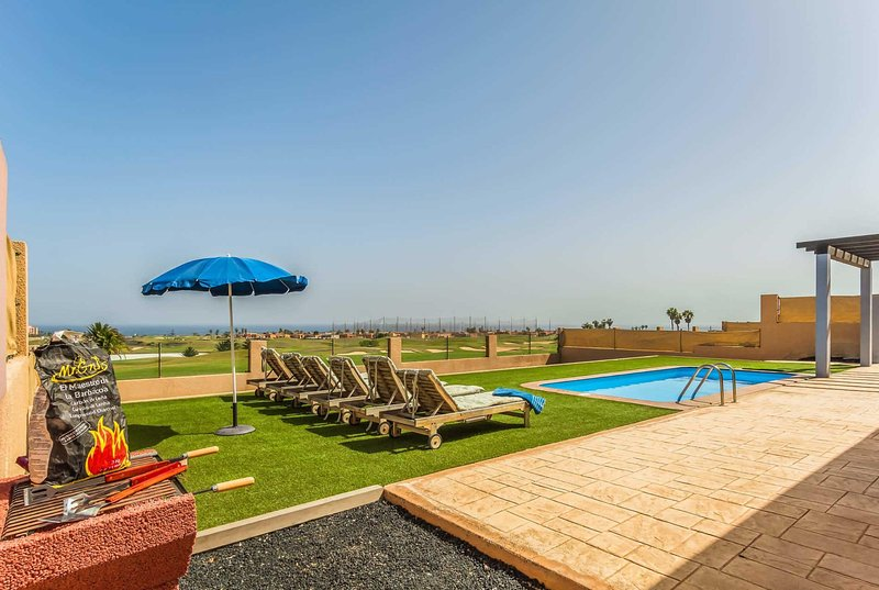 3 Bed Modern Villa w/Pool, BBQ & Table Tennis, location de vacances à Pozo Negro
