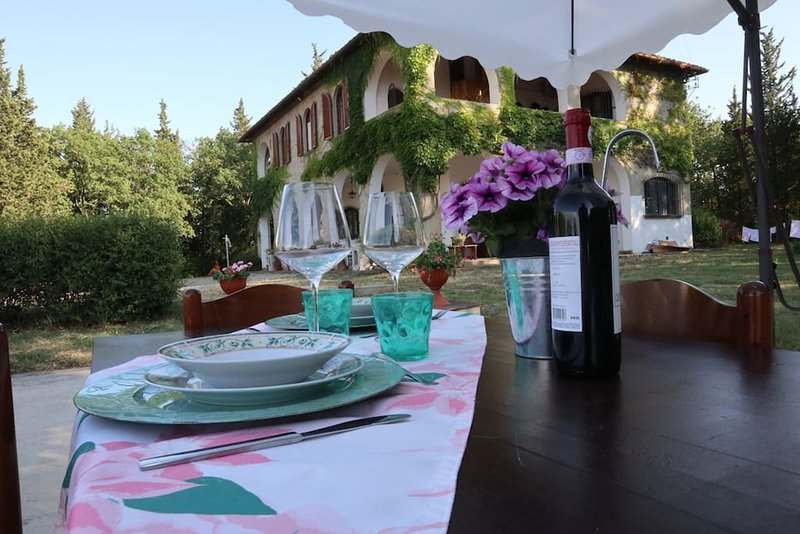Spaziosa Villa a Montespertoli con giardino e parcheggio, holiday rental in Trecento
