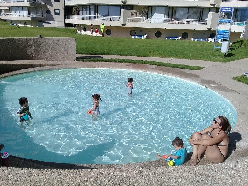 Piscina de agua de mar, para niños, frente al departamento.