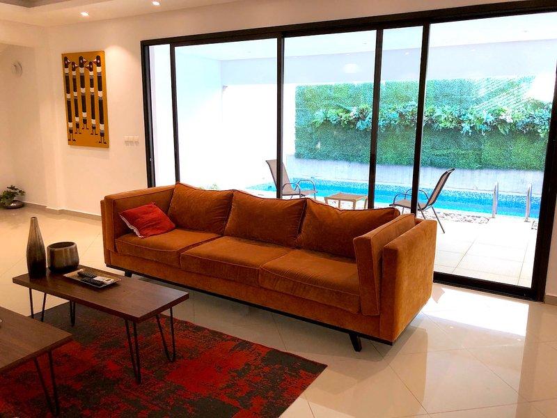 Abidjan - Salón y piscina.