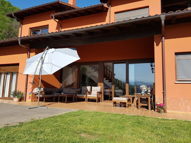 Casa Carmen, Holiday Home just outside Cangas de Onis, holiday rental in Romillo