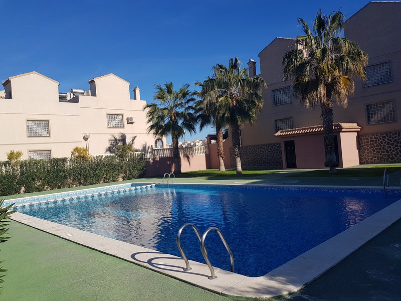 Southwood cottage in Costa Blanca, cozy bungalow with solarium and swimming pool, holiday rental in Torrellano