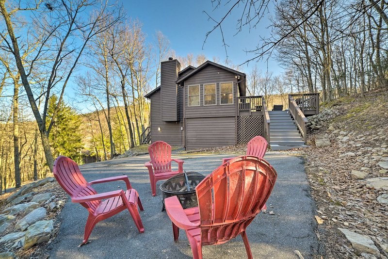 Slopeside Retreat in Massanutten w/Hot Tub & Deck!, holiday rental in Dayton