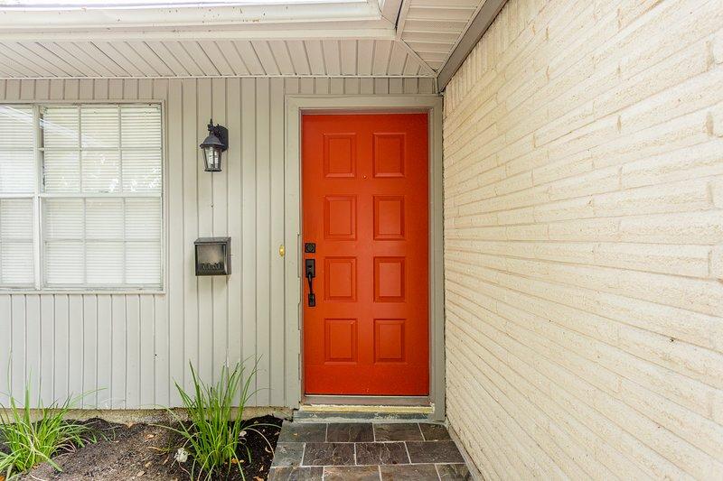The Red Door Sunflower - Updated Home in Houston Sleeps 8, holiday rental in Pasadena
