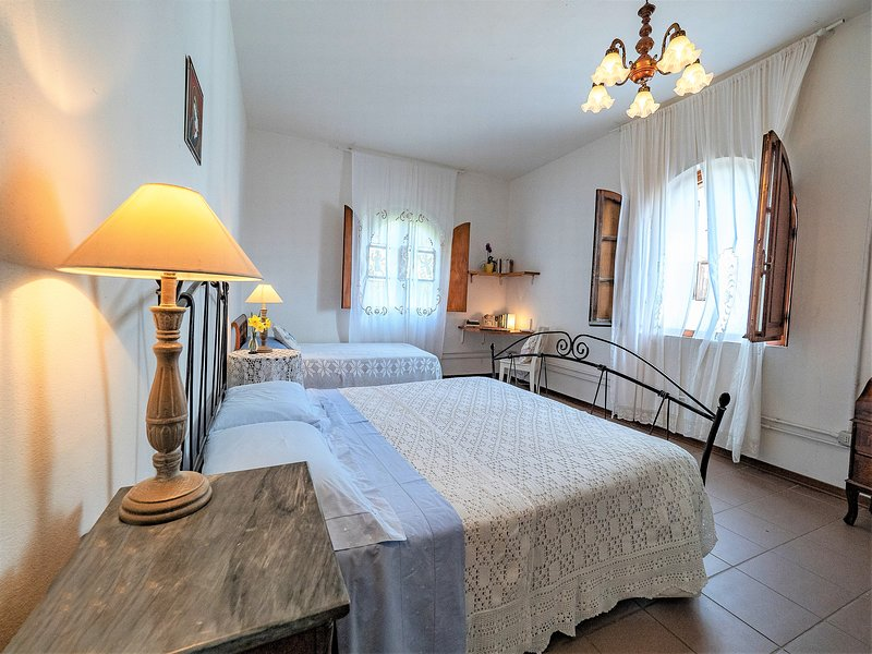 Charming olive farm apartment  - ideal for couples & small families - AC + Wifi, casa vacanza a Bientina