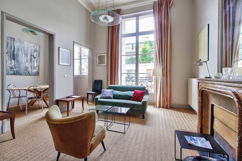 Champs-Elysees - Luxury Apt with balcony Has Cable ...