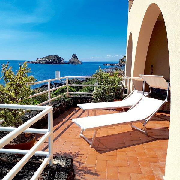 Panoramico appartamento sul mare, location de vacances à Acitrezza