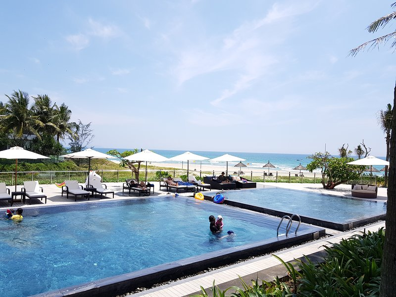 3 BRs The Ocean Villas,public&private pool,good view, aluguéis de temporada em Da Nang