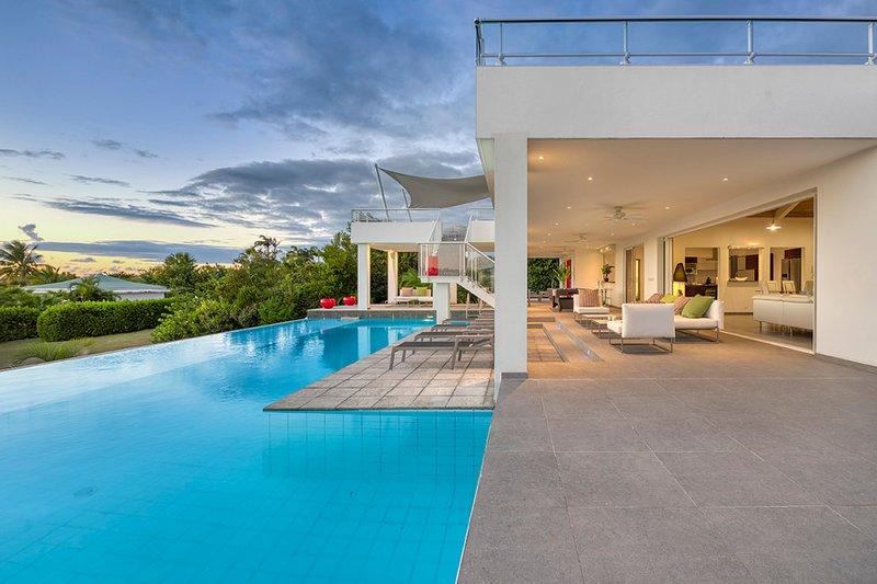 GRAND PALMS...Modern 3 BR villa w/ full AC, steps from Plum Baie Beach!, alquiler de vacaciones en Terres Basses