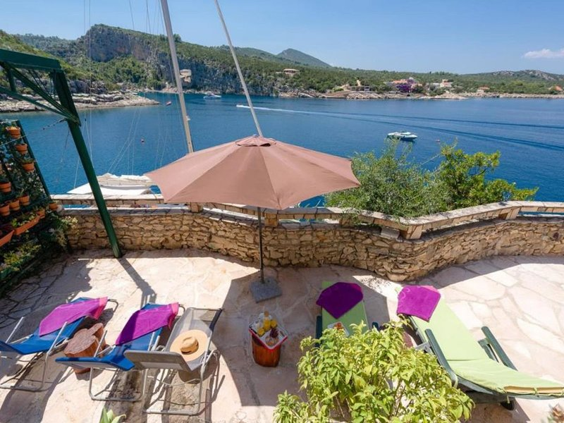 Holiday house Jelena directly by the sea in beautiful bay, holiday rental in Gdinj