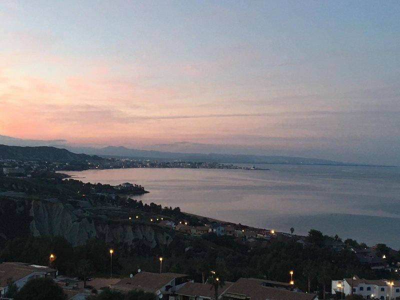 Villa panoramica con giardino, a pochi passi dal mare in struttura turistica, holiday rental in Crotone