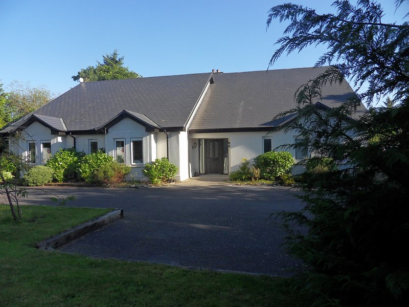 Ethan House Killarney - Large Group Accommodation (4 independent units in 1), holiday rental in Headford