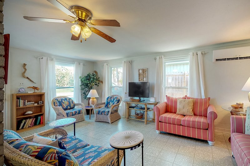 Quirky beach home 1/2 block from beach w/ rooftop patio!, vacation rental in Port Isabel