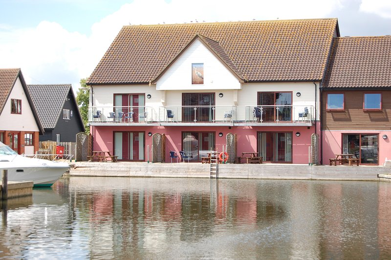 Kestrel - luxury 3 bedroom waterside townhouse in Horning, vacation rental in Norwich