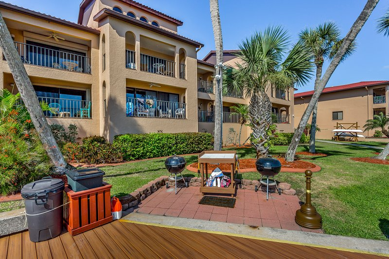 Bayview escape w/shared pool, shared gas grill & easy ...