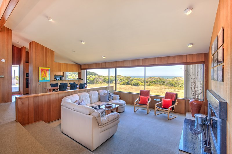 Oceanfront home w/ private hot tub, views, beach access & shared pools/tennis!, vacation rental in Gualala