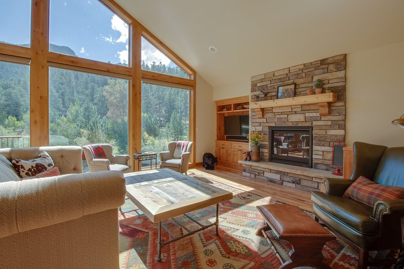 Luxury, waterfront home w/ full kitchen plus furnished deck & patio, vacation rental in Estes Park