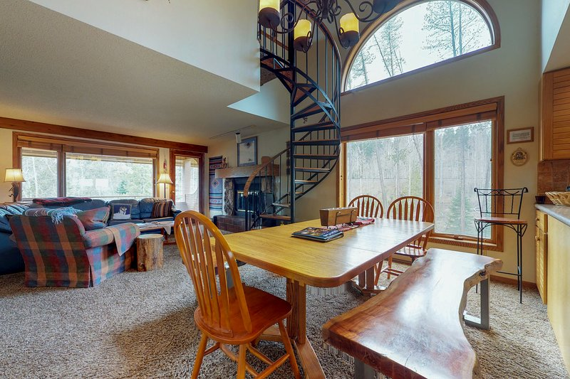 Mountain-view family condo with jetted tub, & wood-burning fireplace Chalet in Winter Park