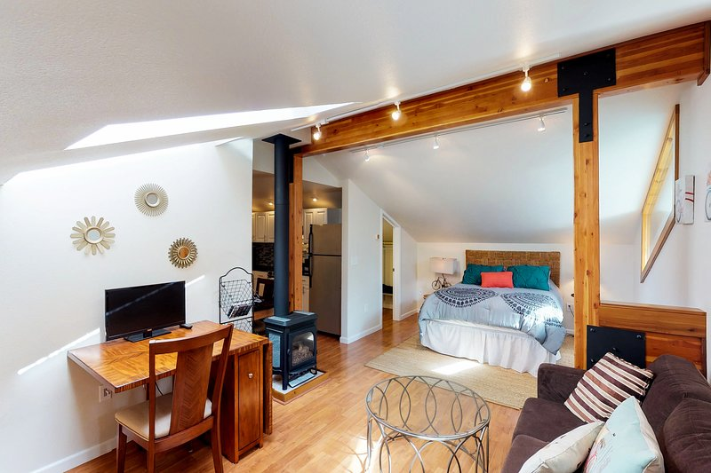 Beautiful apartment w/ custom touches & mountain views, holiday rental in Girdwood