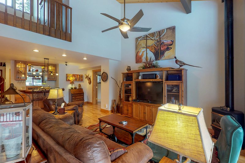High-end condo with access to amenities - shared pool, hot tubs, golf, & more!, holiday rental in Durango